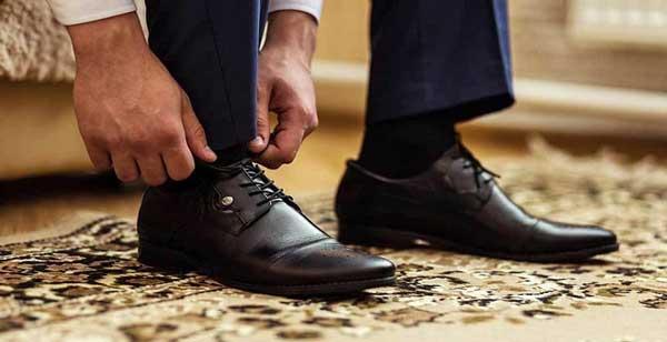 کفش مردانه سیاه رنگ با پیراهن سفید