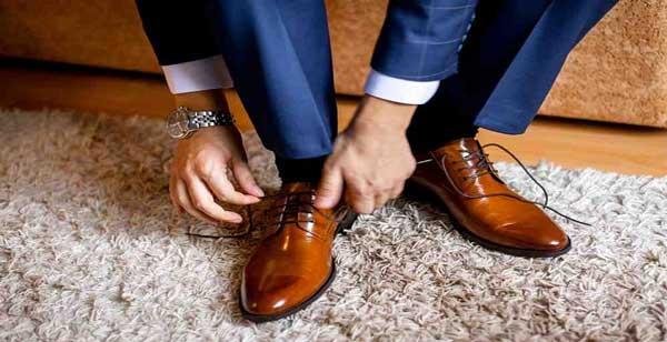 کفش قهوه ای با کت و شلوار رسمی قهوه ای