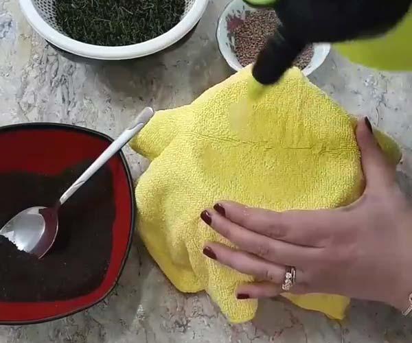مرطوب کردن دستمال