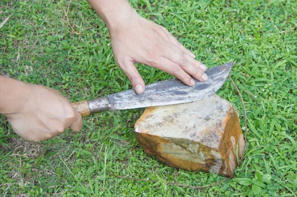 تیز کردن چاقو با سنگ