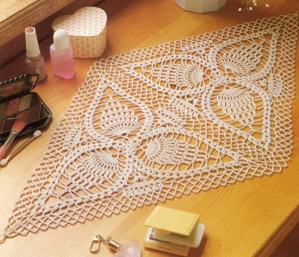 رومیزی لوزی شکل بافته شده با دو موتیف مثلثی