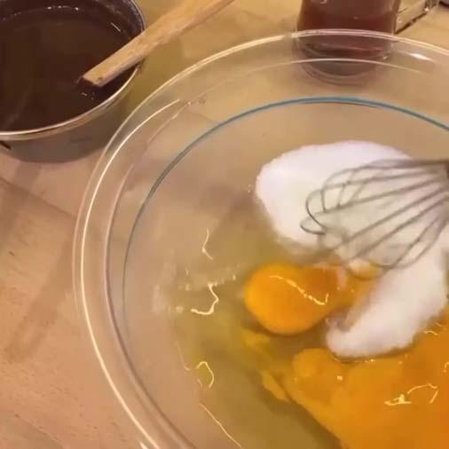 هم زدن تخم مرغ و شکر