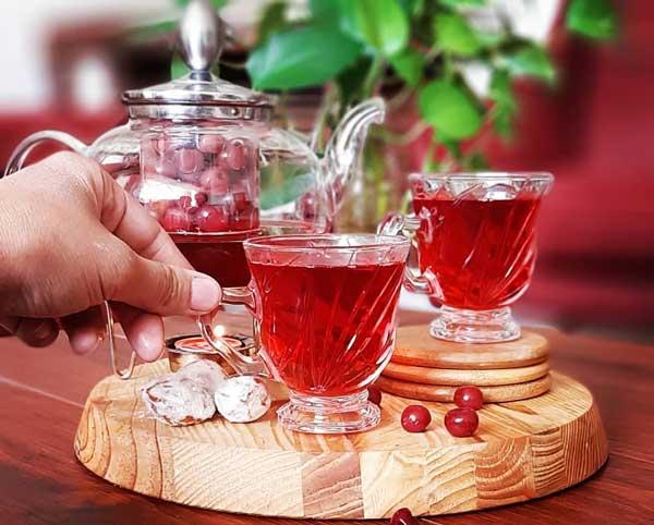 تهیه دمنوش چای آلبالو